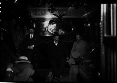 Alvaro Obregón y acompañentes en un vagón del tren presidencial