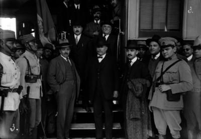 Alvaro Obregón y comitiva bajan del tren presidencial