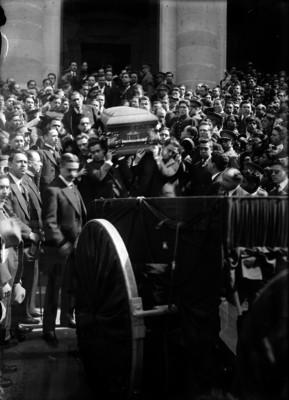 Cortejo funebre del Gral. Jesús M. Garza, saliendo de la Cámara de Diputados