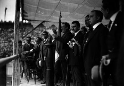 Plutarco Elías Calles pronuncia un discurso durante la entrega de banderas a la sociedad estudiantil