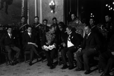 Plutarco Elías Calles en compañía de Pani, Aarón Sáenz y diplomáticos recibiendo credenciales diplomáticas
