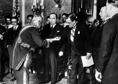 Plutarco Elías Calles recibiendo credenciales diplomáticas