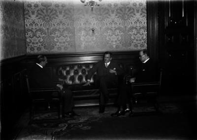 Plutarco Elías Calles conversa con Alberto Mascareñas y otros funcionarios