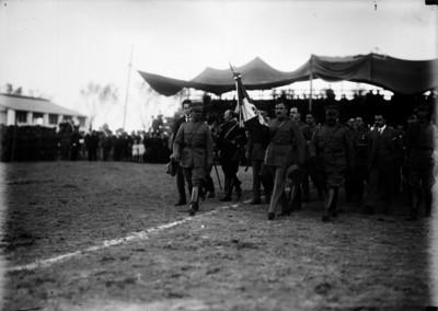 Plutarco Elías Calles portando el Estandarte Nacional, para entregarlo al ejército