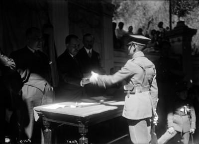 Alberto Pani y José Manuel Puig entregando condecoraciones a militares