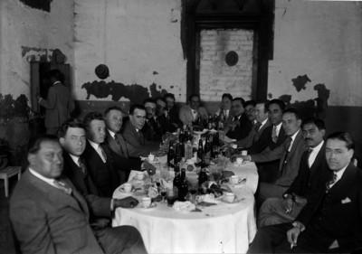 Francisco R. Serrano y otros funcionarios en un banquete