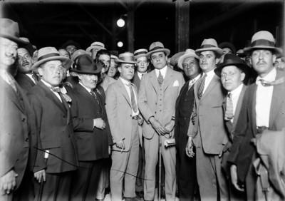 Francisco R. Serrano con un grupo de políticos y funcionarios