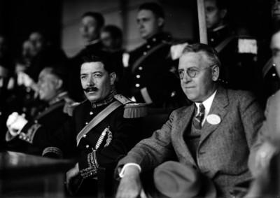 Arnulfo R. Gómez con otros militares y funcionarios