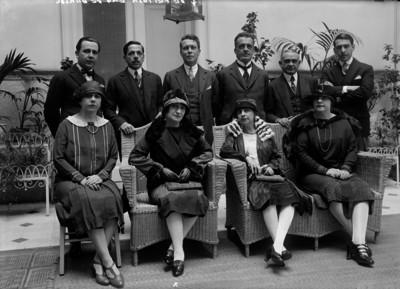 Antonio Oliveira de Feitosa con diplomáticos y sus esposas en el patio de Nacional Financiera