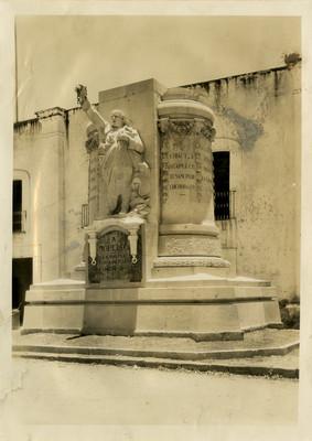 Monumento a José María Morelos y Pavón frente a la Casa de Morelos