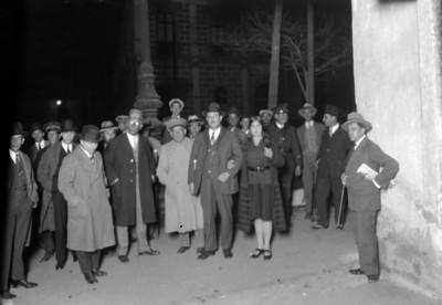Tina Modotti acompañada de civiles y policiías