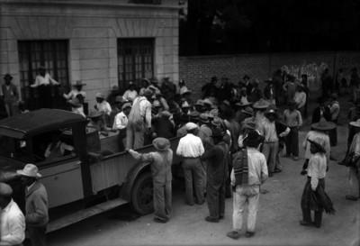Obreros descargando barriles
