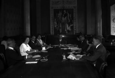 Pascual Ortíz Rubio acompañado de su esposa e individuos, en una reunión