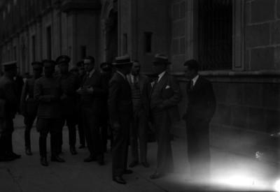 Pascual Ortíz Rubio y miembros de su gabinete en el exterior de Palacio Nacional