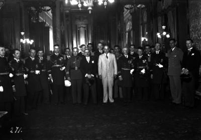 Abelardo L. Rodríguez con militares y civiles
