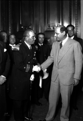 Abelardo L. Rodríguez saludando a un militar