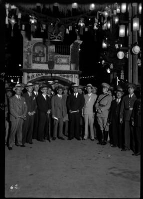 Abelardo L. Rodríguez con civiles y militares, retrato de grupo