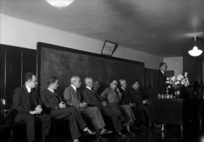 Funcionarios públicos durante una reunión