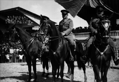 Abelardo L. Rodríguez pasando revista a las tropas de la zona militar en los campos de Balbuena