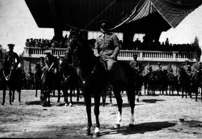 Abelardo L. Rodríguez montado a caballo durante las fiestas del aniversario de la Constitución en los campos de Balbuena, retrato