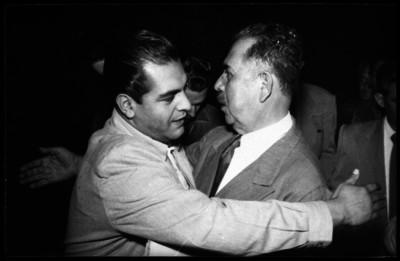 Lázaro Cárdenas saludando a un funcionario
