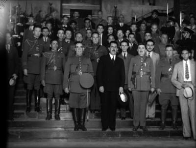 Lázaro Cárdenas con militares y funcionarios