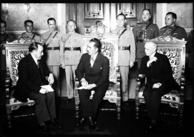 Lázaro Cárdenas del Río y funcionarios en Palacio Nacional