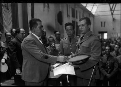 Lázaro Cárdenas premiando a militares, en la escuela de aviación