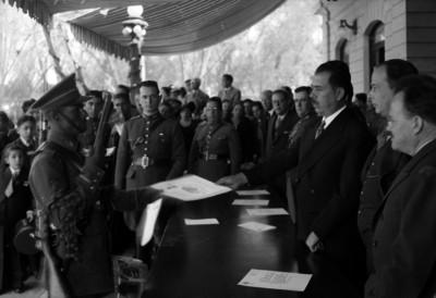 Lázaro Cárdenas entregando reconocimientos a cadetes del Colegio Militar