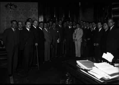 Lázaro Cárdenas acompañado por varios hombres en su despacho de Palacio Nacional