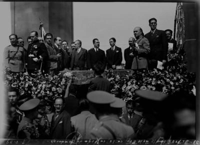 Lázaro Cárdenas en la entrega de banderas