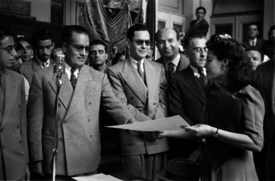 Javier Rojo Gómez entregando un documentoa una mujer