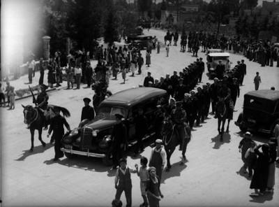 Militares montando guardia a una carroza