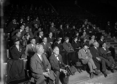 León Trotsky con un grupo de intelectuales en un teatro