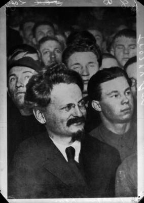 León Trotsky con un grupo de personas, retrato