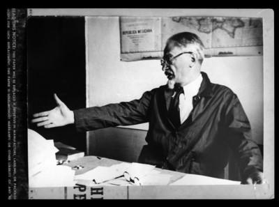 León Trotsky junto a un escritorio, retrato, reprografía