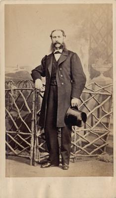 Hombre junto a una cerca, tarjeta de visita