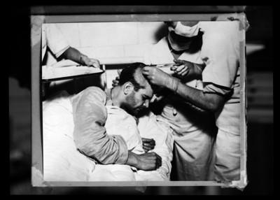 Médico interviniendo a León Trotsky