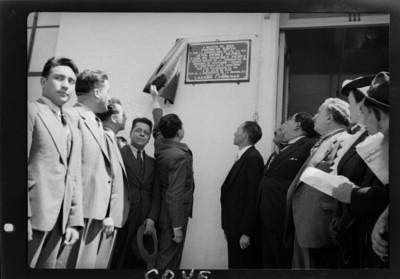 Lázaro Cárdenas develando una placa