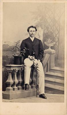 Hombre en estudio fotográfico, tarjeta de visita