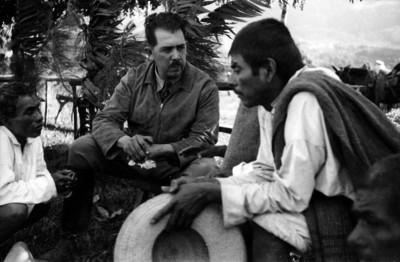 Lázaro Cárdenas conversa con indígenas en un jardín