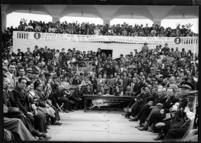 Luis I. Rodríguez con funcionarios oficiando una ceremonia
