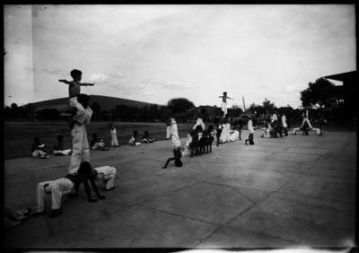 Niños realizando una tabla gimnástica