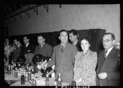 Antonio Ruíz Galindo en compañía de mujeres y funcionarios durante una reunión