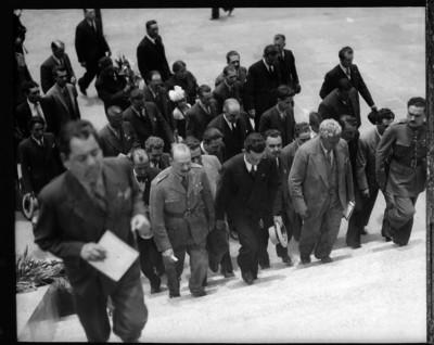 Agustín Arroyo Ch y otros funcionarios subiendo unas escaleras