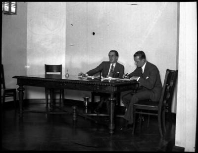 Agustín Arroyo Ch con funcionario