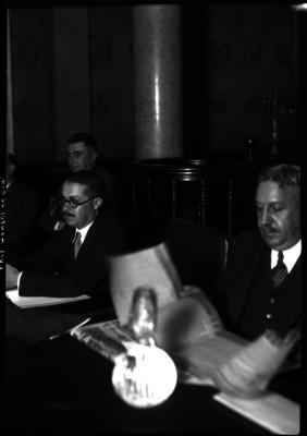 Luis Montes de Oca con funcionarios en una reunión