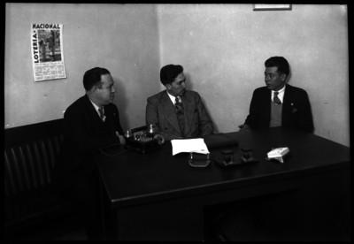 Agustín Arroyo Ch. con otros funcionarios