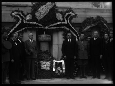 Lázaro Cárdenas y funcionarios públicos en una ceremonia pública