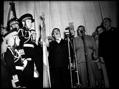 Lázaro Cárdenas con funcionarios y militares en un evento civico-politico